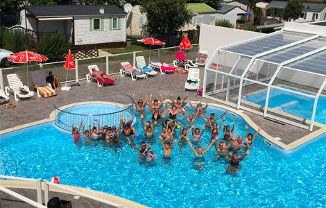 activités dans la piscine en Vendée